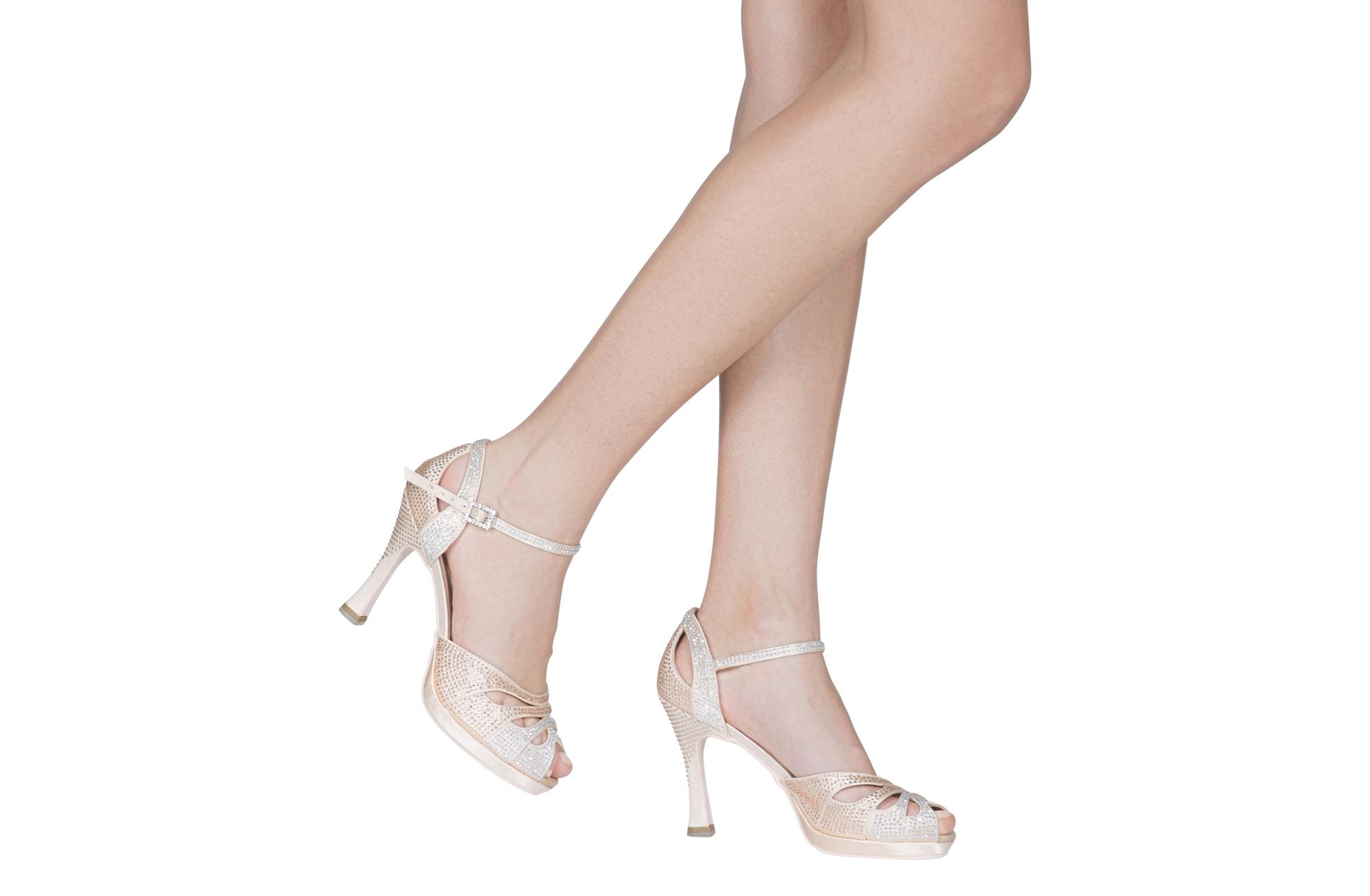Scarpa Da Ballo Dancin Con Plateau Completamente Ricoperti Di Crystal Strass In Raso Cipria Tacco 10 Cm Indossato