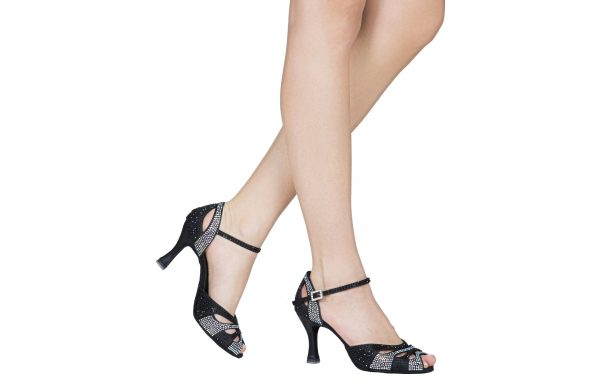 Scarpa Da Ballo Punta Aperta In Raso Nero Con Tomaia Cinturino E Fibbia Ricoperti Di Crystal Strass Tacco 7 5 Cm Indossato