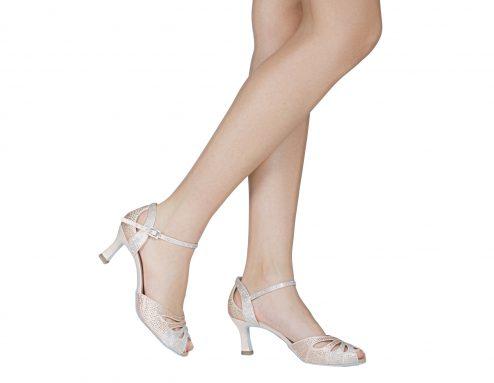 Sandalo Da Ballo In Raso Cipria Con Strass Aurora Boreale E Rosa Cipria Indossato 1