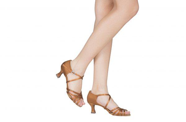 Scarpa Da Ballo 5 Fasce In Raso Flesh Con Incrocio Sulla Caviglia Tacco 5 5 Cm Indossato
