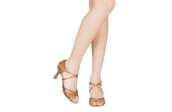 Scarpa Da Ballo 5 Fasce In Raso Flesh Con Incrocio Sulla Caviglia Tacco 7 5 Cm Indossato